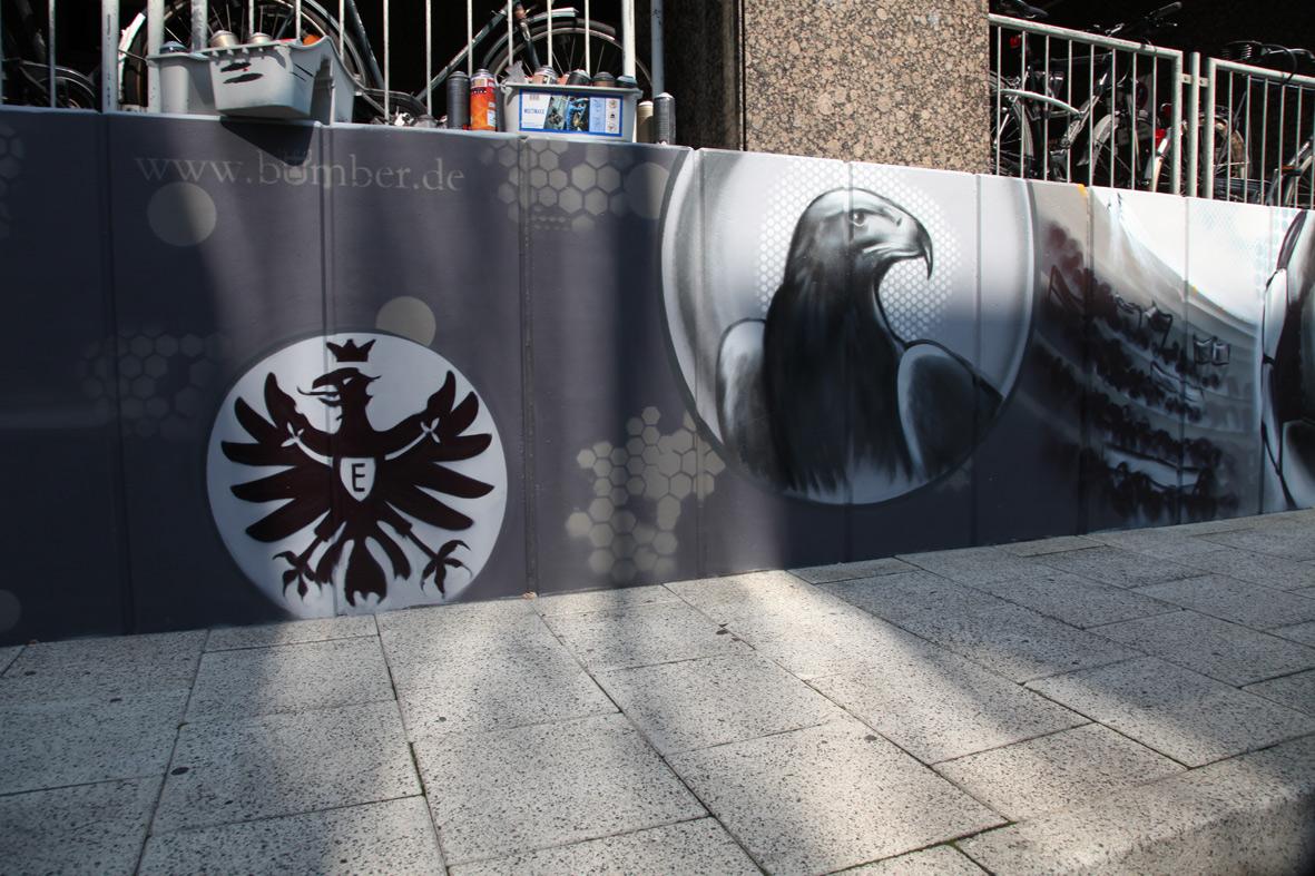 Das Bekenntnis der Fraport zur Region: Eintracht Frankfurt Adler Attila auf der 400 m Fassade in Form von Graffiti am internationalen Flughafen Frankfurt im Auftrag der Fraport am Terminal 1/ Busbahnhof, 2015.